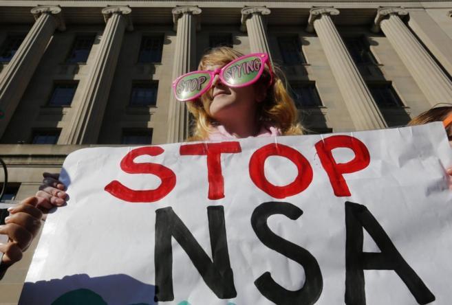 Manifestantes protestan contra el espionaje de la NSA en Washington.