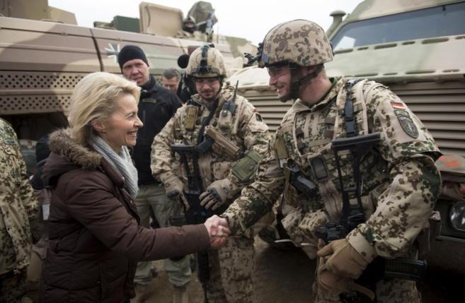 La ministra de Defensa alemana visita a sus tropas en Afganistán.