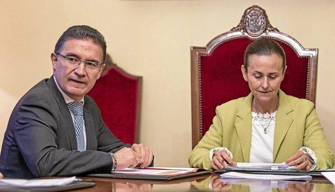 El conseller de Justicia, Serafín Castellano, junto a la presidenta...