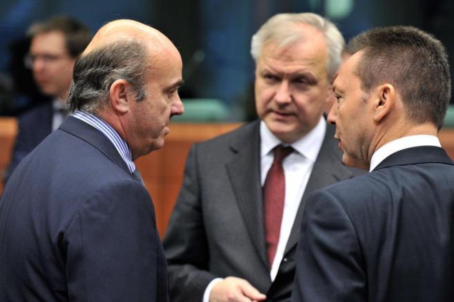El ministro de Economía, Luis de Guindos, junto a Olli Rehn y su...