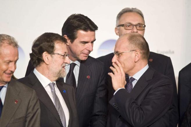 El presidente Rajoy y el ministro Soria hablan con el primer ministro...