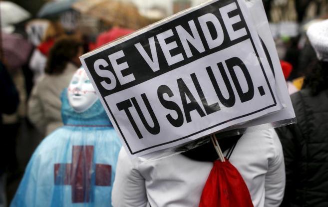 Protesta de la 'marea blanca' por las calles de Madrid.