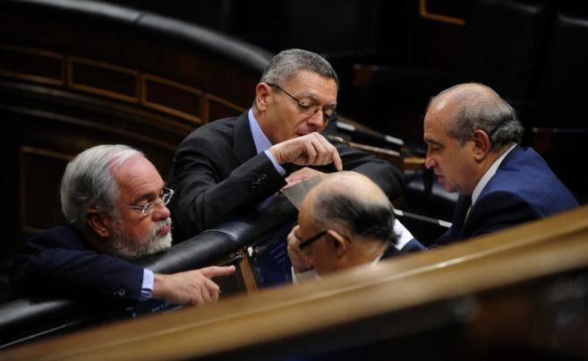 El ministro de Justicia, Alberto Ruiz Gallardón, el ministro de...