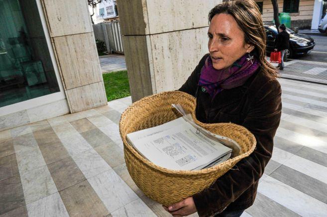 Una voluntaria de la Alianza Mar Blava entra con un cesto de...