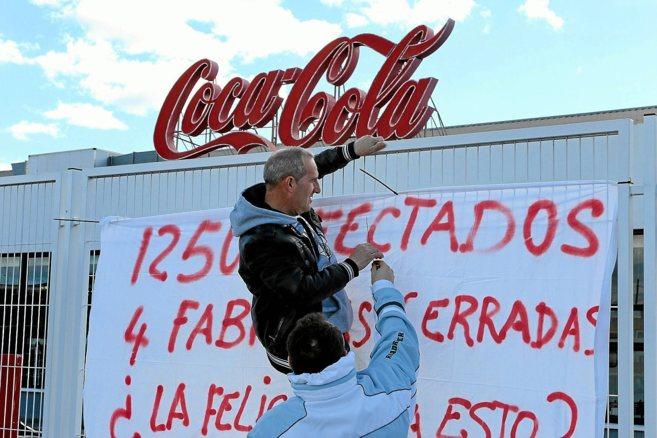 Trabajadores de Coca-Cola ayer durante la concentración de protesta...