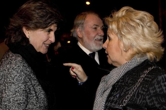 María San Gil (i) conversa con la presidenta de la AVT, Ángeles...