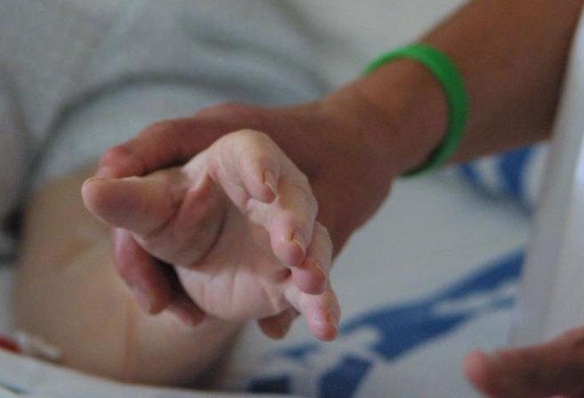 Una mujer recibe cuidados paliativos en un hospital de Palma.