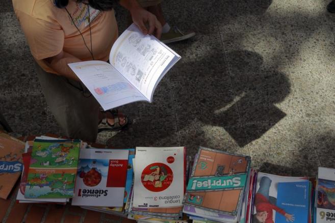Mercadillo de intercambio de libros de texto en Coslada, Madrid.