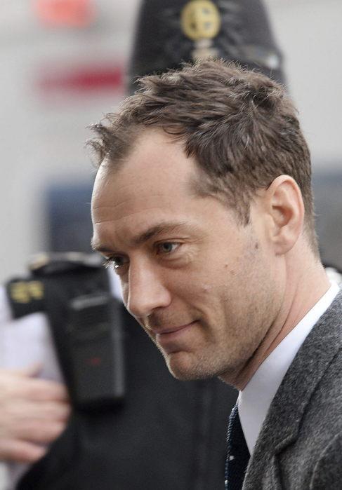 Jude Law, al declarar ayer en el tribunal.