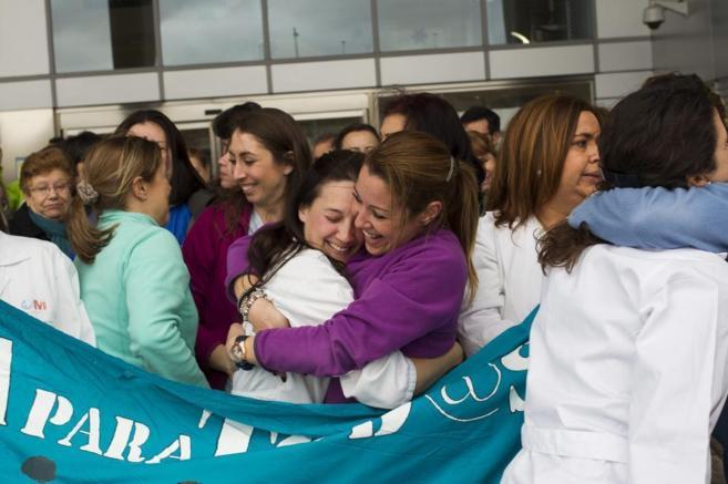 Trabajadores del hospital de Coslada se felicitan por la decisión de...