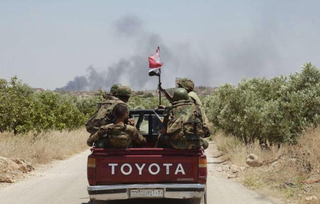 Soldados de Bashar Asad se dirigen al sur de Alepo.