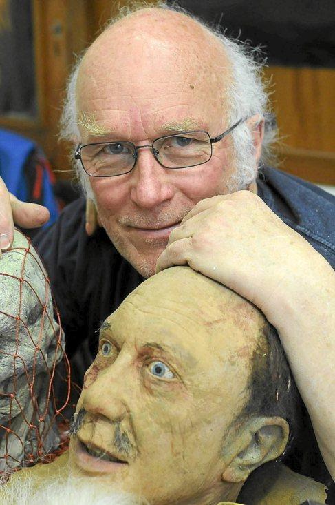 Colin Arthur posa con una de sus criaturas.