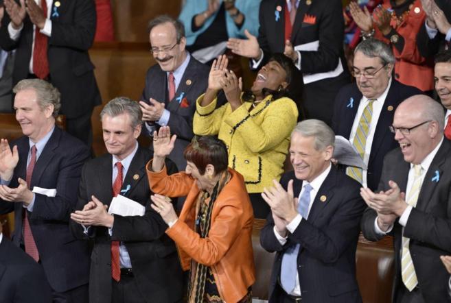 Congresistas demócratas aplauden del discurso del estado de la Unión...