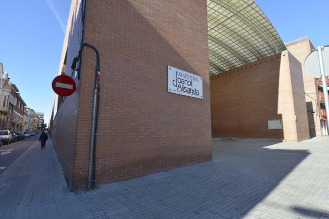 Entrada del colegio ante el que Isnard S.G. se desplomó tras beber el...