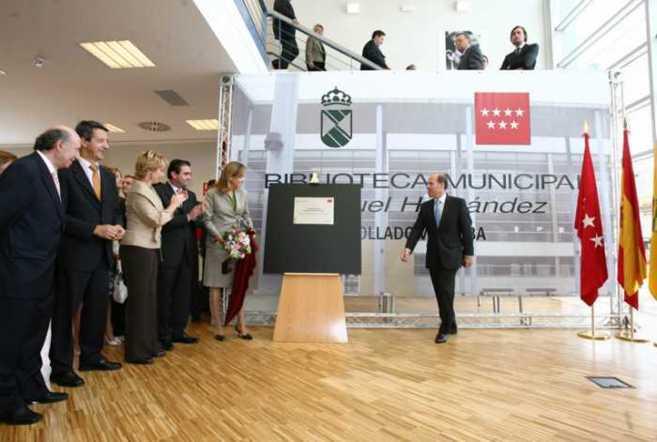 Un momento de la colocación de inauguración de la biblioteca.