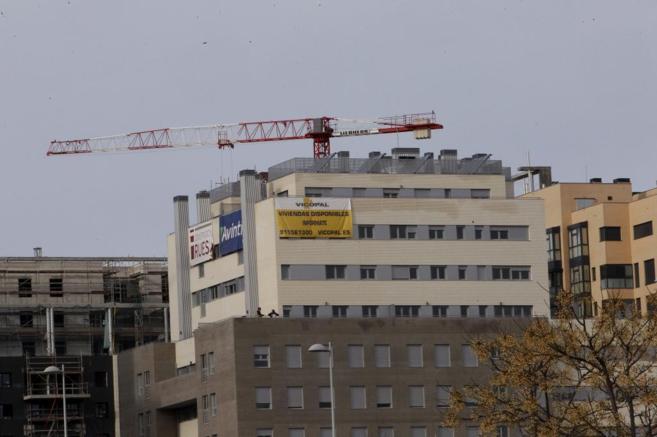 Un bloque de viviendas en su última fase de construcción en Madrid.