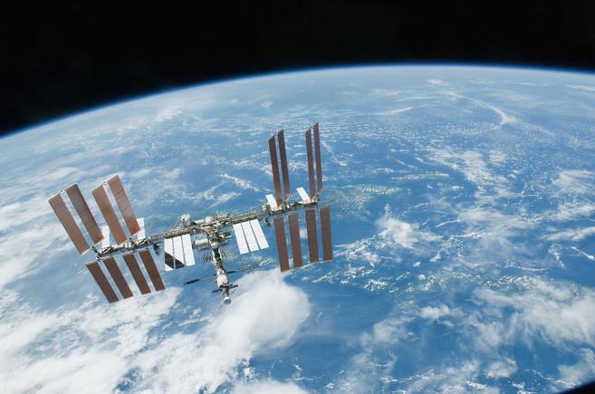 La Estación Espacial Internacional bajo el fondo de la Tierra