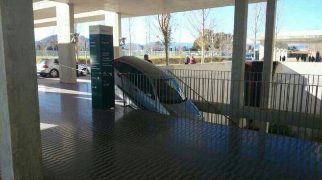 El coche atrapado en las escaleras del Hospital.