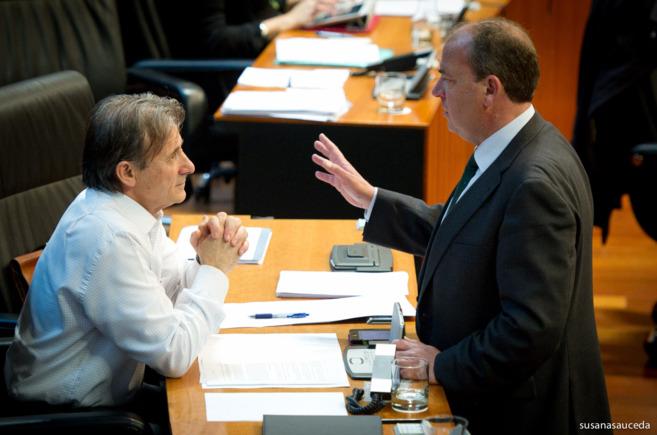 Monago, con el portavoz de Izquierda Unida en el Parlamento...