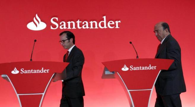 El presidente del Santander, Emilio Botín (dcha) y su consejero...