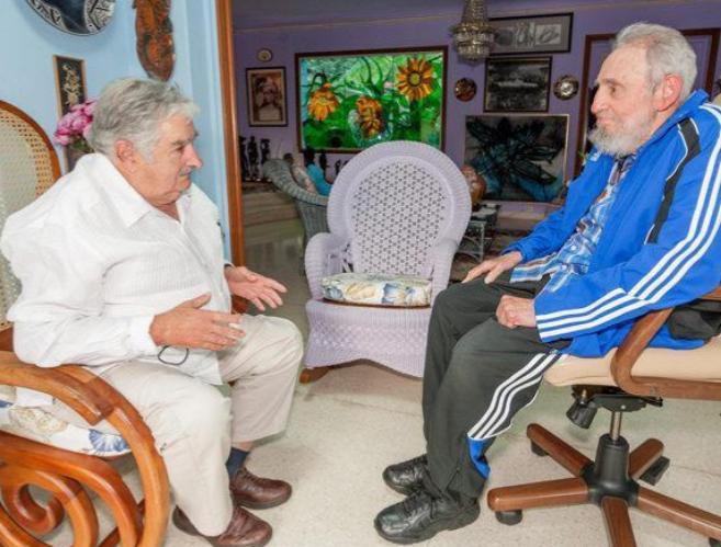 El presidente de Uruguay, José Mujica (izqda.), con el ex líder...