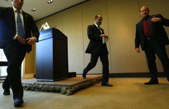 Ahmad Jarba, líder de la oposición siria, abandona la sala de...
