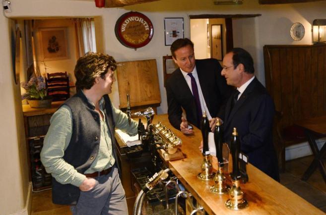 Hollande y Cameron, eligiendo cerveza en un pub de Oxfordshire.