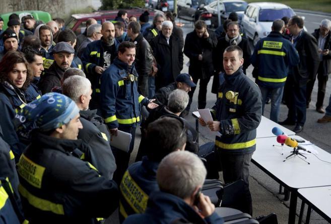 Los bomberos, antes de la rueda de prensa.