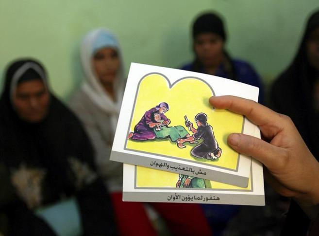 Un psicólogo sostiene tarjetas para educar contra la mutilación...