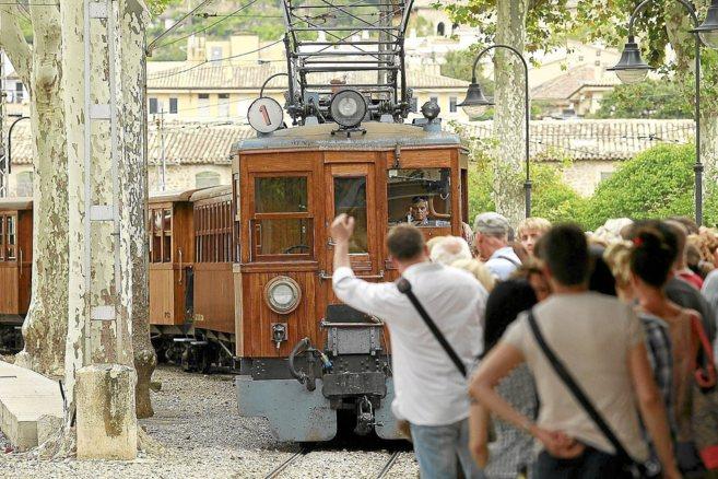 El tren a su llegada a la estación de Sóller.