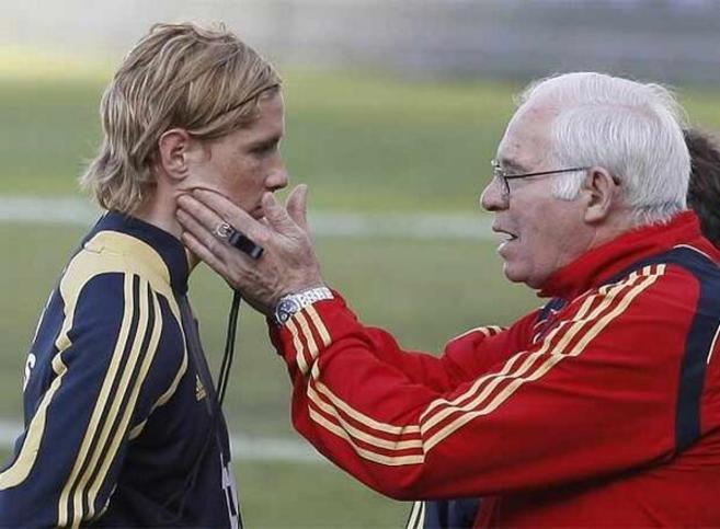 Aragonés hablando con Fernando Torres.