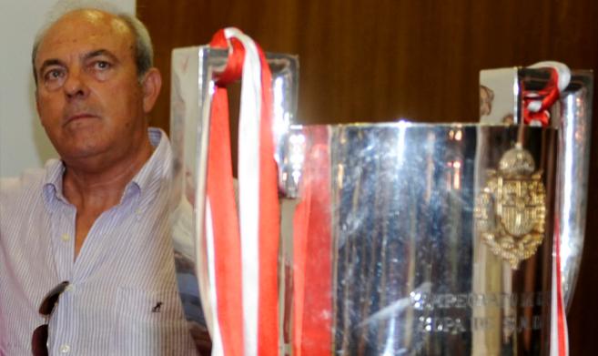 José María Negredo, 50 años, al lado de una de las copas que...