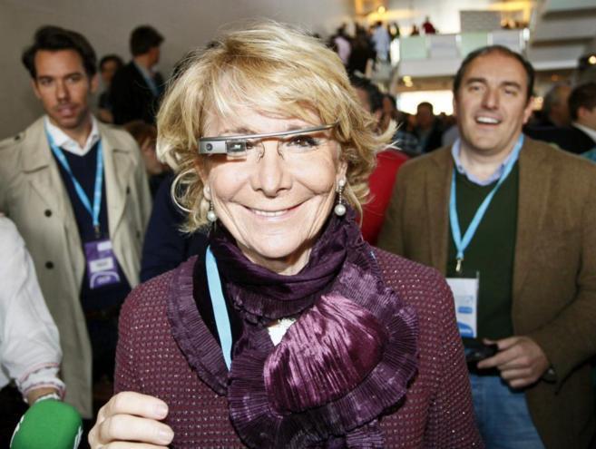 Esperanza Aguirre se prueba la Google Glass.