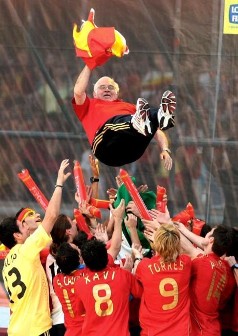 Aragonés, manteado tras la victoria en la Eurocopa.