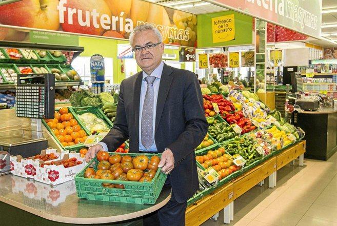 Fornés, en uno de los supermercados de MasyMas, en el municipio de...