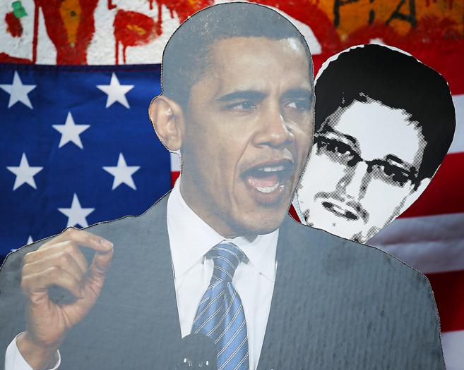 Una pancarta con los rostros de Barack Obama y Edward Snowden del...