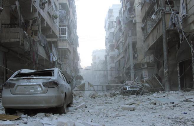 El distrito de Al Sukari en Alepo bajo los escombros tras el ataque...