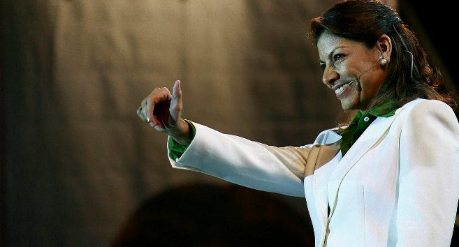 Laura Chinchilla saluda a sus partidarios durante un mitin en San...