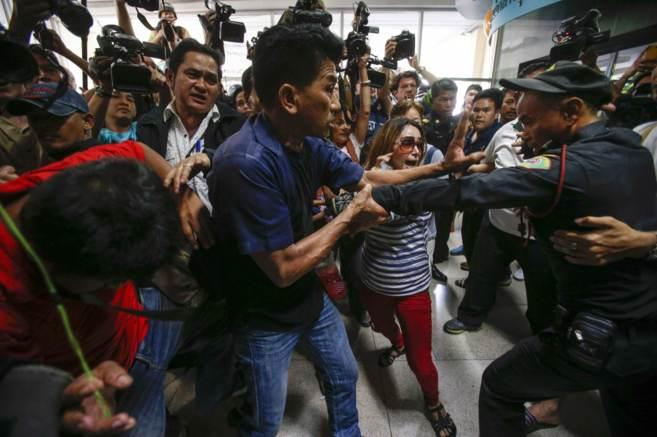 Manifestantes defienden su derecho a votar en un colegio de Bangkok,...