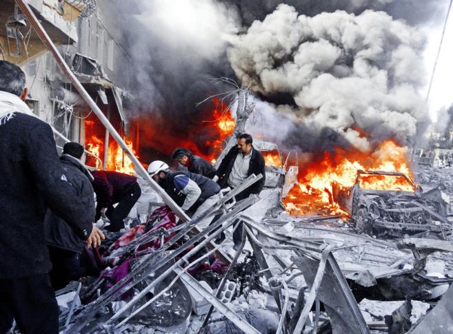 Personal médico busca supervivientes  tras un ataque del régimen...