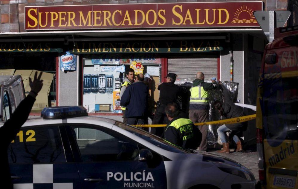 Agentes de Policía Nacional y Municipal, el domingo, en la escena del...