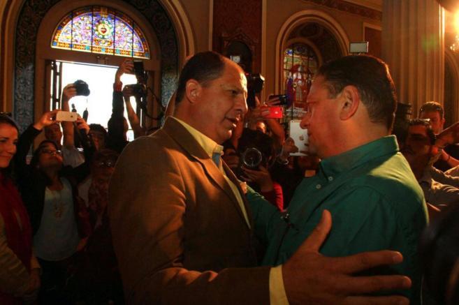 Johnny Arana (d) saluda a Luis Guillermo Solis (i) durante la jornada...