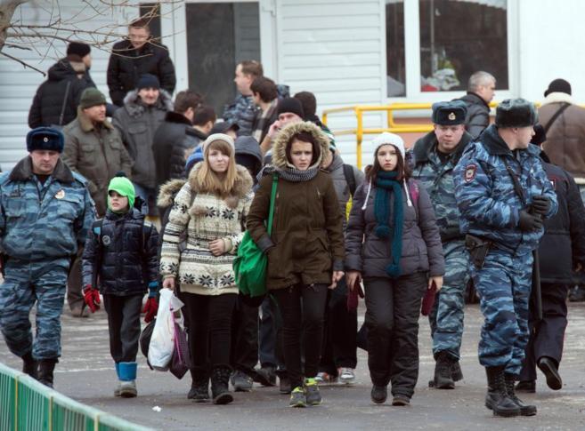Alumnos del instituto atacado a las afueras de Moscú abandonan el...