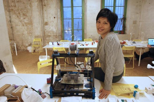 Cecilia Tham con una impresora 3D en Barcelona.