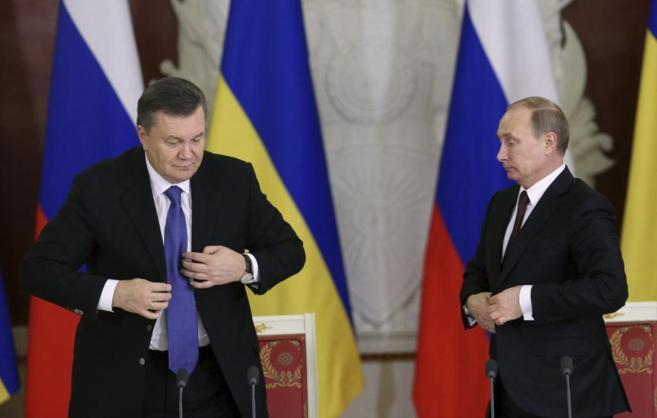 El presidente ruso, Vladimir Putin, (dcha.) con su homólogo...