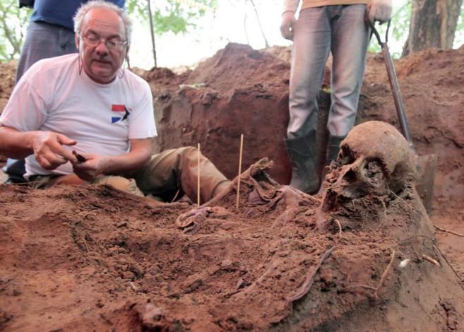 Fosa común con muertos de la dictadura paraguaya descubierta en...