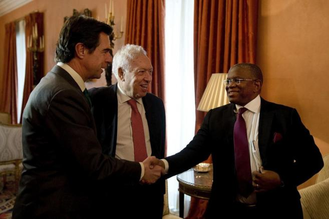 El titular de Exteriores angoleño, Georges Chikoti, saluda a Soria en...