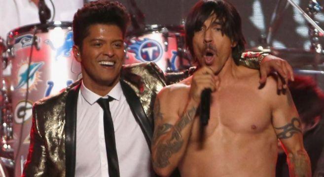 Bruno Mars y Red Hot Chili Peppers durante la actuación en el...