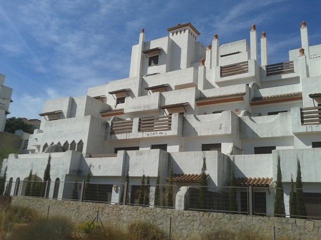 Bloque de viviendas subastadas por BNP en Estepona (Málaga)