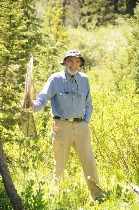 Paul Ehrlich ataviado con un cazamariposas en un área natural de...